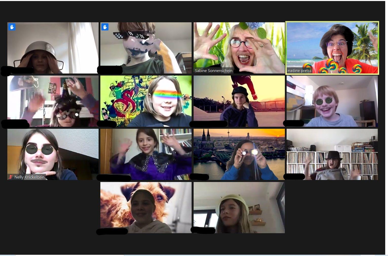 Vierzehn Kinder mit Maske, die vor einer Webcam sitzen und Grimmassen schneiden