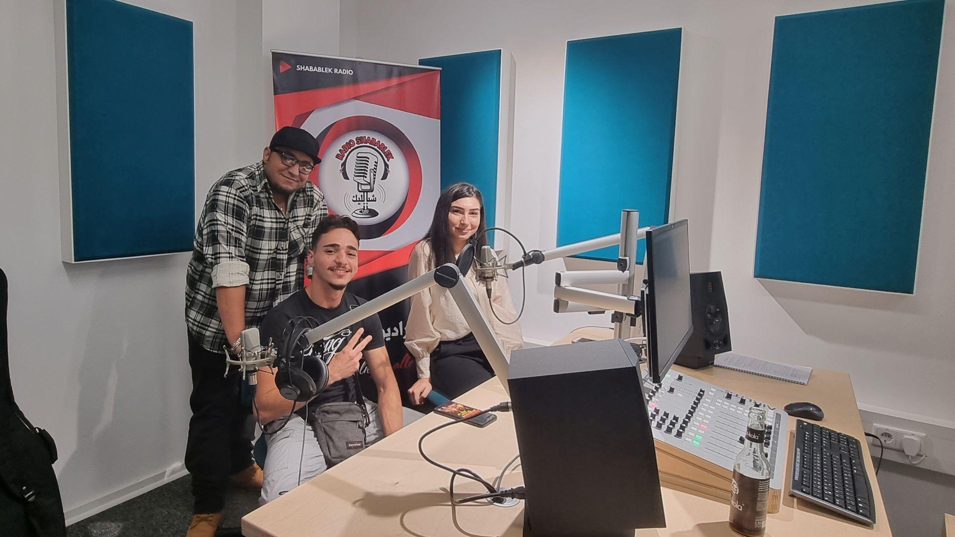 Drei Personen im Studio des jfc Medienzentrums
